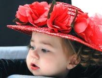 De baby draagt Rood Straw Hat Royalty-vrije Stock Foto's