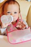 De baby drinkt Royalty-vrije Stock Afbeeldingen