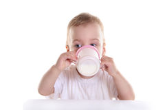 De baby drinkt melk Stock Afbeelding