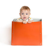 De baby in een doos stock foto