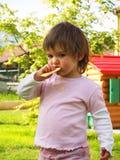 De baby eet Stock Foto's