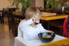 De baby eet de Chinese noedels bij restaurant Stock Fotografie