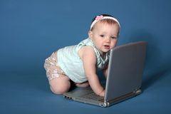 De baby gebruikt Computer stock foto's