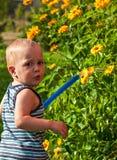 De baby geeft de bloemen water royalty-vrije stock afbeeldingen