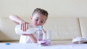 De baby giet melk in een mixer stock video