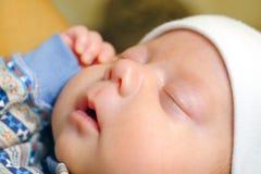 De baby heeft een GLB op zijn hoofd, vreedzaam slaapt hij royalty-vrije stock foto's