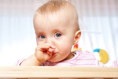 De baby heeft een koude stock fotografie