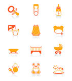 De baby heeft rood-oranje pictogrammen bezwaar vector illustratie