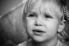 De baby kijkt Stock Afbeeldingen