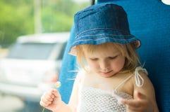De baby in kleding en de hoed met bloem berijden bus royalty-vrije stock afbeelding