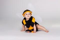 De baby kleedde zich in een bijenkostuum Stock Foto's