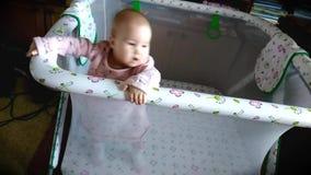 De baby leert om in de box te lopen stock footage