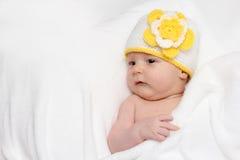 De baby ligt in bed Stock Afbeelding