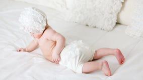 De baby ligt in bed stock videobeelden