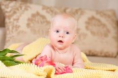 De baby ligt op bed Royalty-vrije Stock Fotografie