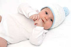 De baby ligt op rug Stock Afbeeldingen