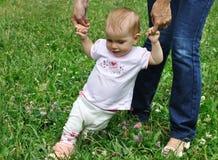 De baby maakt haar eerste stappen Stock Foto