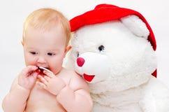 De baby met een stuk speelgoed draagt Stock Foto