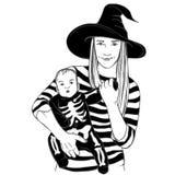 De baby met moeder kleedde zich in Halloween-kostuums Stock Foto
