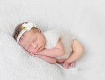 De baby met witte hairband, kleedde zich in kostuum royalty-vrije stock foto's