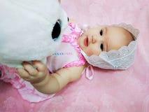 De baby met zacht een stuk speelgoed stock fotografie