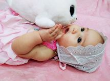 De baby met zacht een stuk speelgoed royalty-vrije stock afbeelding