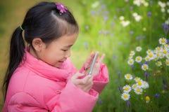 De baby neemt een foto de aard Royalty-vrije Stock Foto's