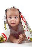 De baby onder een handdoek Leeftijd van 6 maanden royalty-vrije stock afbeelding