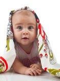 De baby onder een handdoek Leeftijd van 6 maanden royalty-vrije stock foto's