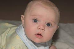 De baby ontwaakt stock foto's