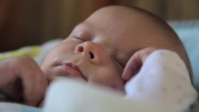 De baby ontwaakt en kijkt stock videobeelden