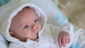 De baby ontwaakt en kijkt stock video