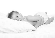 De baby op een bed stock afbeeldingen