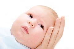 De baby op een moeder overhandigt Stock Fotografie