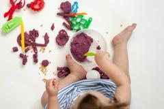 De baby overhandigt handen van zout deeg worden gevormd dat Hoogste mening stock fotografie