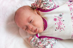 De baby rekt handen uit Royalty-vrije Stock Afbeeldingen