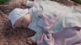 De baby slaapt stock videobeelden
