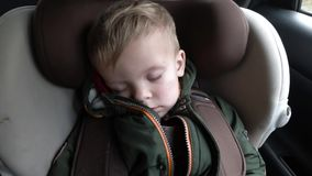 De baby slaapt in de auto op de manier stock video