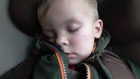 De baby slaapt in de auto op de manier stock videobeelden