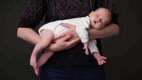 De baby slaapt op de handen van de moeder stock footage