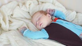 De baby slaapt op de laag stock footage