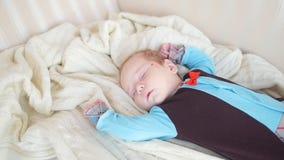 De baby slaapt op de laag stock videobeelden