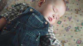 De baby slaapt in de wieg stock videobeelden