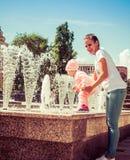 De baby speelt bij de fontein Royalty-vrije Stock Foto's