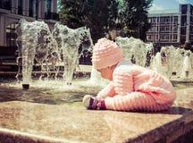De baby speelt bij de fontein Royalty-vrije Stock Fotografie