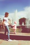 De baby speelt bij de fontein Royalty-vrije Stock Afbeelding