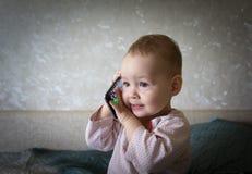 De baby speelt met een smartphone Royalty-vrije Stock Fotografie