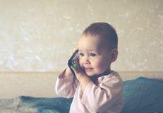 De baby speelt met een smartphone Royalty-vrije Stock Afbeelding