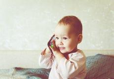 De baby speelt met een smartphone Royalty-vrije Stock Foto's