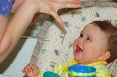 De baby speelt met haar mamma royalty-vrije stock afbeelding